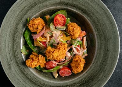 Salată cu Pui Crocant